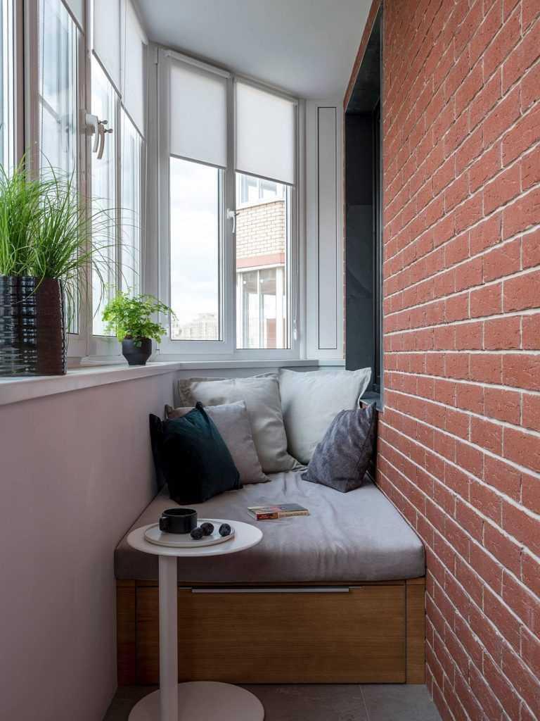 Скамейки с ящиками на балконе